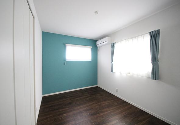 子供部屋。アクセントクロスとカーテンの色味を合わせて統一感を出しています。