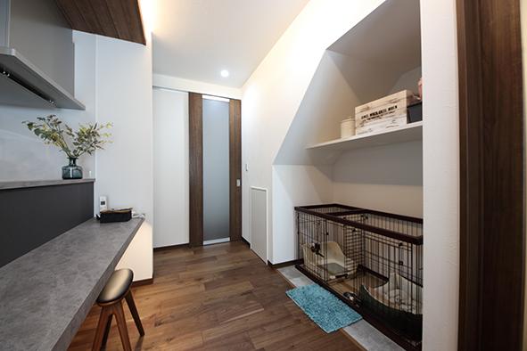 階段下を利用したドッグスペース。リビングの一角にスペースを作ってあげることで、家族とペット、心地よい距離感が生まれます。