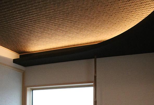 網代で仕上げた天井に間接照明の柔らかな光があたり独特の空間を生み出します。