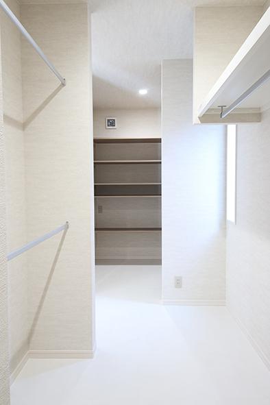 6帖のファミリーストレージ。奥は壁一面に稼働棚を設置。手前はハンガーパイプをつけ、洗濯した衣類をそのままたたまずにしまうこともできます。
