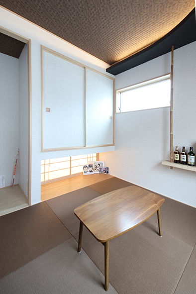 造作天井に間接照明を組み合わせた和室。
