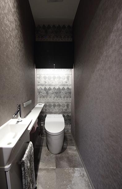 あえて1階と2階で雰囲気を変えたトイレ。1階のトイレは、ホテルライクに洗練された雰囲気に。