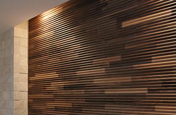 間接照明が入れられているので、ウッドタイルの壁の凹凸が強調され陰影がとても素敵です。