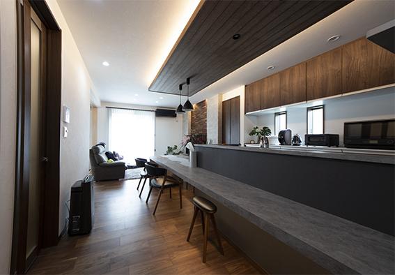 造作のカウンター兼ダイニングテーブルは石目調にすることで、洗練された空間に。