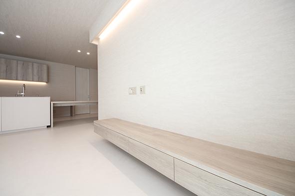 造作のTVボード。間接照明の灯りが天井や壁にあたり、優しい光が広がります。