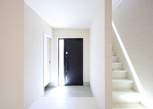 階段や床も白で統一したモダンな玄関ホール。