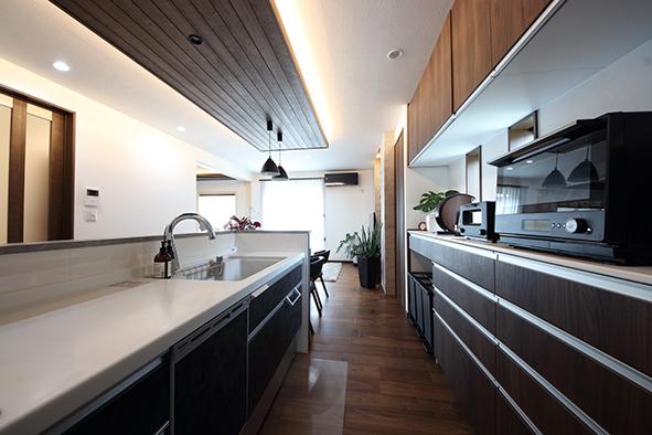 背面のスペースにダストボックスを収納。収納扉と色味を合わせることで、モダンなインテリアにもぴったりです。ダストボックスも収納することで、生活感のないキッチン周りに。