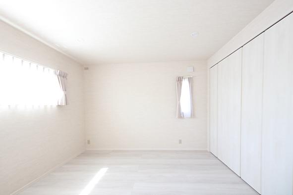 主寝室。外観のアクセントになっているスリット窓から風を通すこともでき、またお部屋にスタイリッシュな印象を演出。