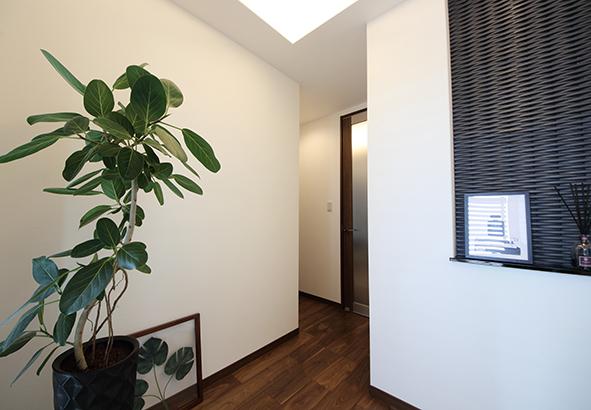 玄関ホールにあるニッチは、おもてなしスペース。奥様が季節に合わせた小物を飾りお客様をお迎えします。ニッチの壁は、エコカラットを使用、湿気やニオイを吸ってくれます。