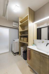 広めにとった洗面脱衣スペース。「キッチン」と「廊下」につながる2方向の出入り口のある2way動線に。