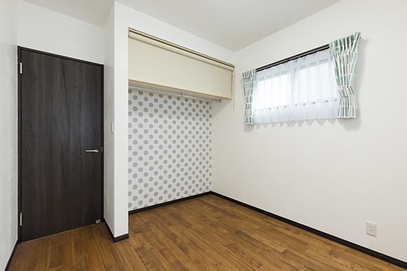 子供部屋。クローゼット内側の水玉柄がアクセント。
