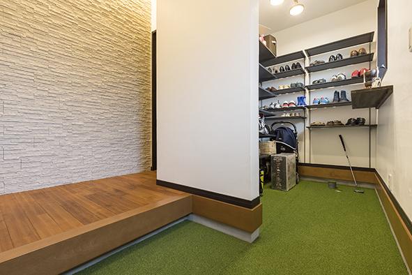 玄関とシューズクロークに人工芝を敷き、ホールカップを設置。趣味がゴルフというご主人のためのもの。自宅で手軽にパターの練習ができるようなりました。