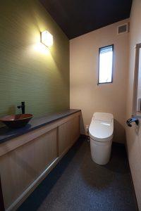 落ち着いたグリーンを基調にまとめた和モダンのトイレ。
