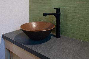 陶器の手洗いボウルを使用した造作の手洗いカウンター。