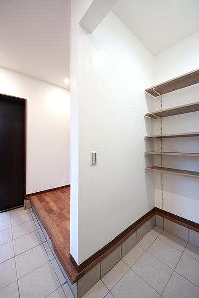 靴のままでも使える収納スペースにはコートハンガーもあり、帰宅してそのままコートを掛けてお部屋に。