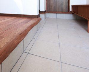 玄関ホールのタイルは、花粉症対策にも効果的なLIXIL アレルピュアを採用。