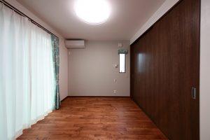 大容量のクローゼットを備え付けた寝室。