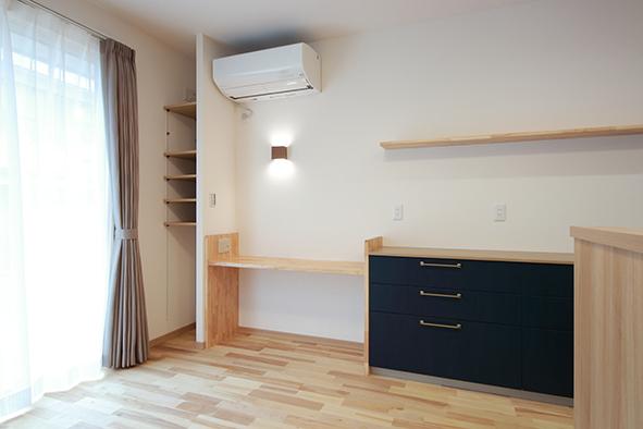 キッチンカウンターの続きにある造作のスタディーコーナー。パソコン仕事や家事スペースとしても活用できます。