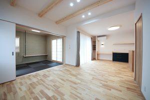 L字型のLDKは、オリジナルの無垢床仕上げ。リビングとなるスペースは、天井を高くし梁を現して開放的に。