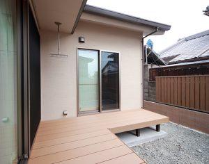 リビングや和室に面したウッドデッキ。通りから奥まった位置にあるプライベートなお庭スペースは、BBQや、プール遊びをするのにピッタリです。