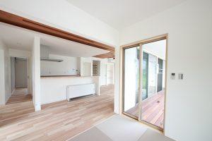 キッチンから洗面、脱衣スペースへの動線は、家事効率を考えた平屋ならではのメリットを生かした間取りに。