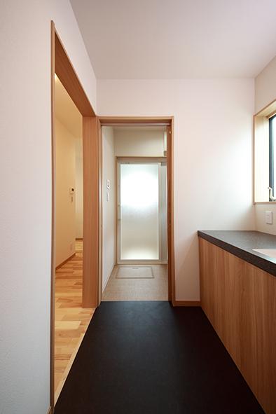 洗面スペースと脱衣スペースはセパレートタイプ。洗面と脱衣スペースを仕切ることができるので、家族が入浴中でも洗面スペースが使えて便利です。