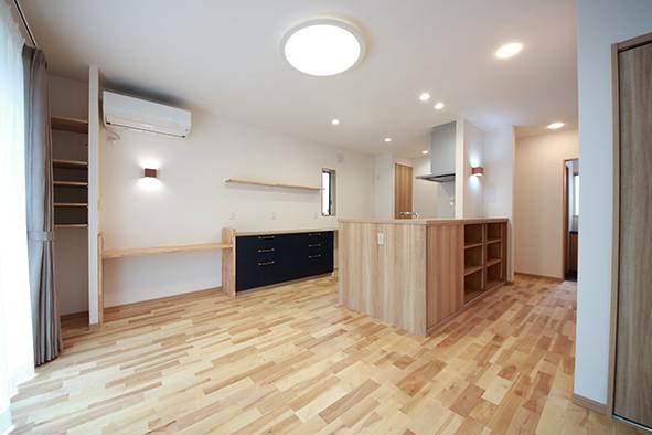 キッチンカウンターの下には、リビング周りの小物や本が片付けられるように収納が。扉もあるので物が増えてもすっきり見せることができます。
