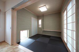 障子や飾り棚のデザインは、本社の「いやしろの家」と同じデザインに仕上げた和室。地窓から坪庭が見え、四季折々の自然を愉しむことが出来ます。