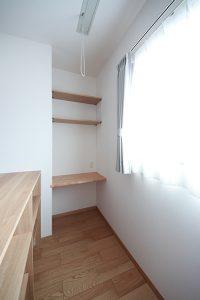 雨の日や花粉の季節なども気にせず、洗濯物を干すことができる室内干しスペース。アイロンかけもできるように造作で棚を設置。