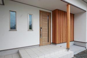 白を基調とした外観に、玄関アプローチ部分に板を張りアクセントに。