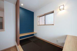 小上がりのセカンドリビングは、書斎スペースとしても。あえてクローズな空間にせず、格子のみで仕切ったオープンスペースに。