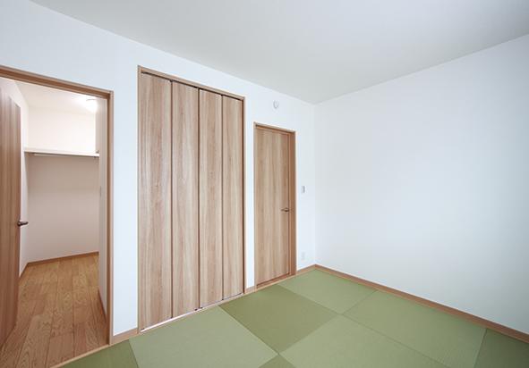 寝室はあえて畳に。ウォークインクローゼットは、廊下ともつながり、室内干しスペースから取り込んだ洗濯ものを片付けることができます。