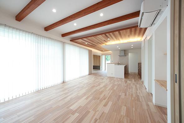 オリジナルの漆喰と無垢床の経年変化を楽しめる自然素材溢れる24帖のLDK。リビングとダイニングの天井高を3段階にすることで、立体的なメリハリのある空間に。