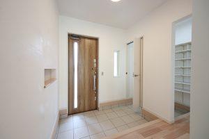 玄関からの動線を家族用、お客さま用に2つに分けたウォークスルーのシューズクローク。