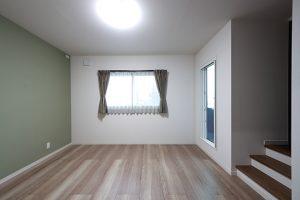 壁の一面だけアクセントに色を加えて、柔らかい印象の寝室に仕上げています。
