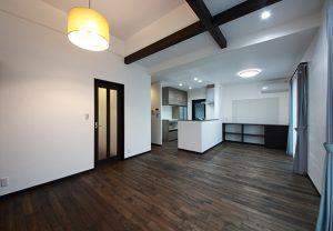 オリジナル無垢床と、漆喰で仕上げた自然素材に包まれた心地良いLDK。