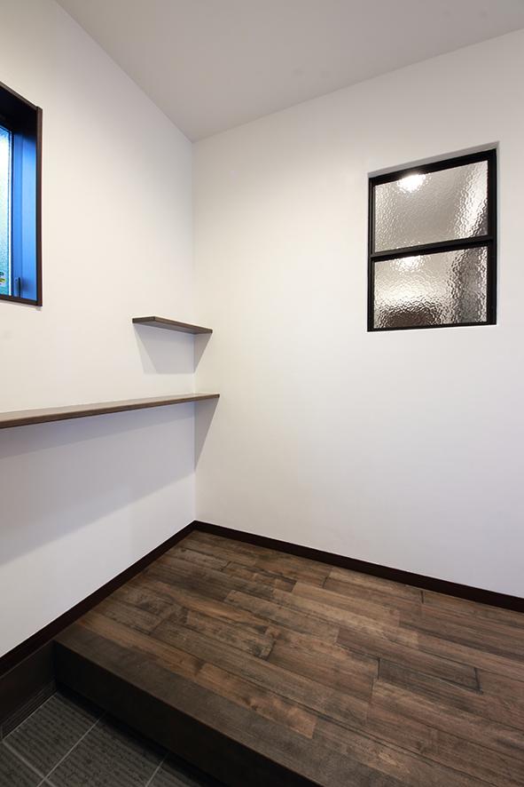 玄関ホールの室内窓。暗くなりがちな廊下に室内窓からの明かりを通す効果があります。