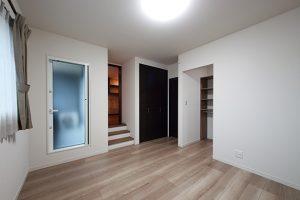 寝室内の階段を上がると「お籠りスペース」、右は収納力抜群のウォークインクローゼットに。