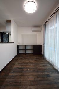 キッチン横にあるお子様のスタディコーナー兼ママコーナーとしても使えるカウンター。正面の壁は、写真やメモが貼れるマグネットウォールに。